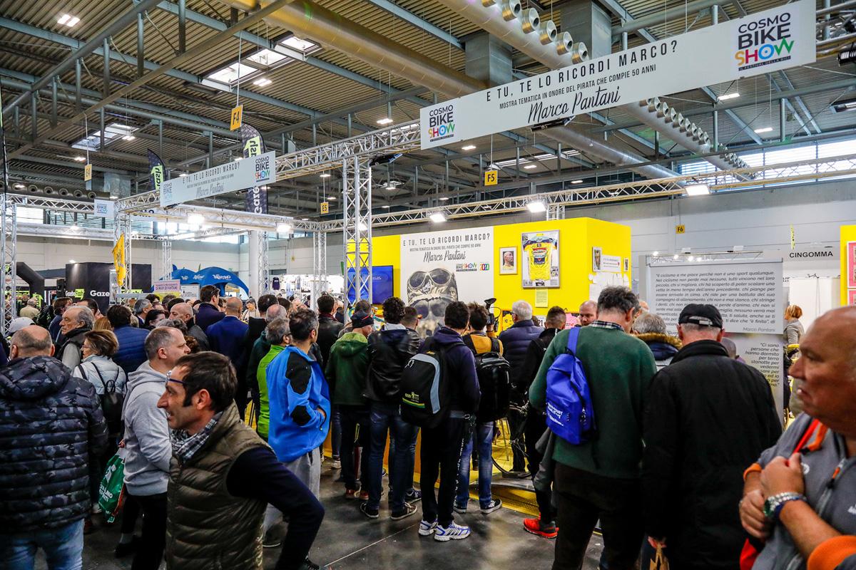 Folla alla fiera delle biciclette CosmoBike Show 2020 a Verona