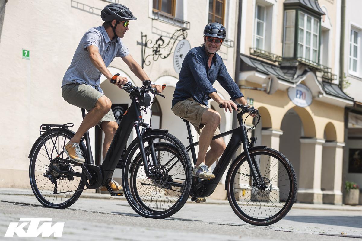 Due ciclisti di città in sella a ebike KTM urban del 2020