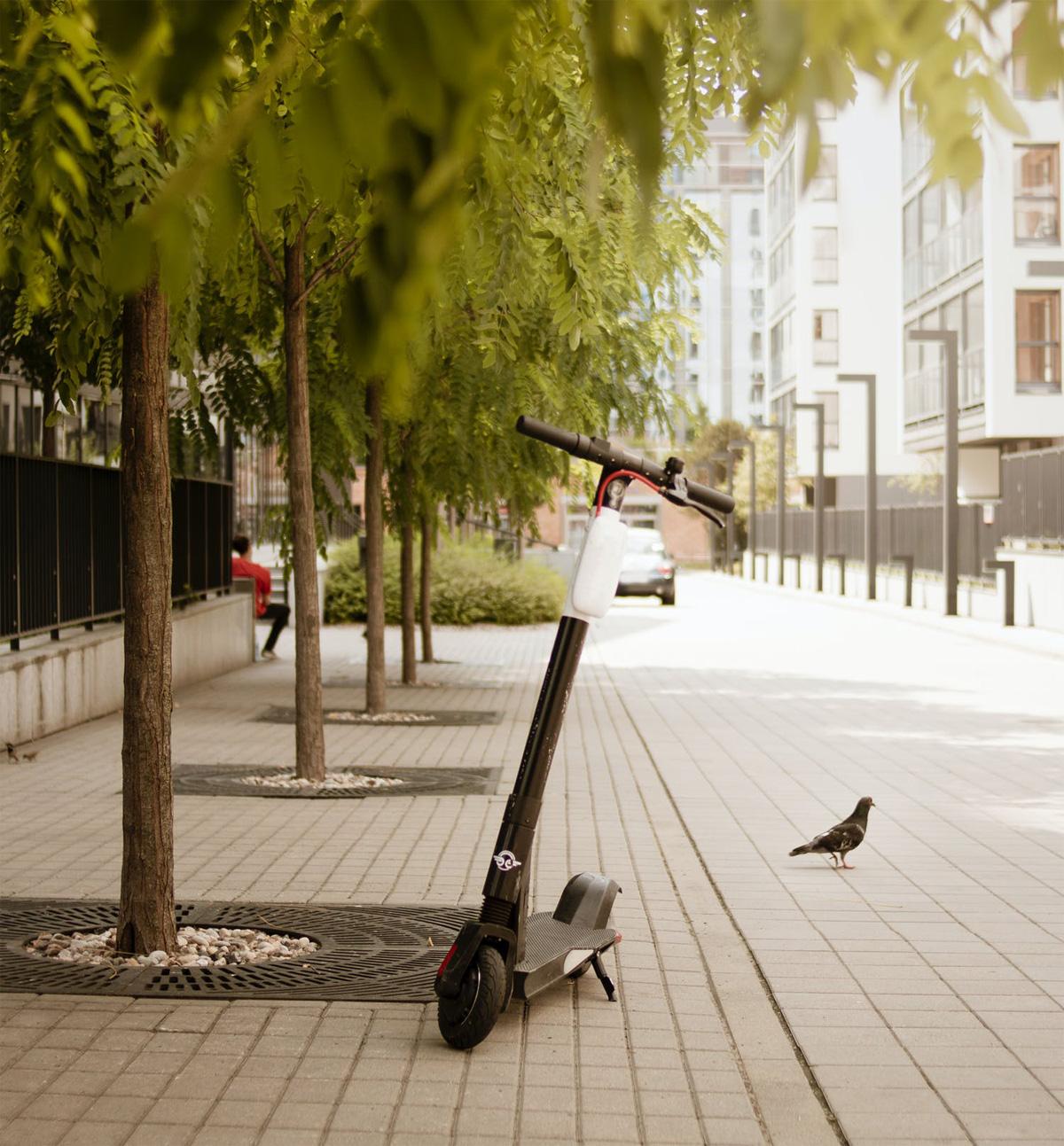 Un monopattino elettrico parcheggiato sul marciapiede