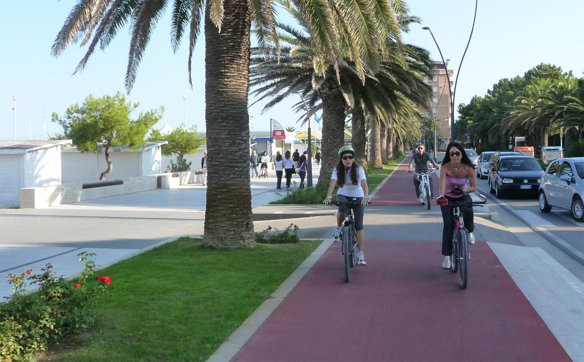 Donne percorrono in bicicletta una pista ciclabile