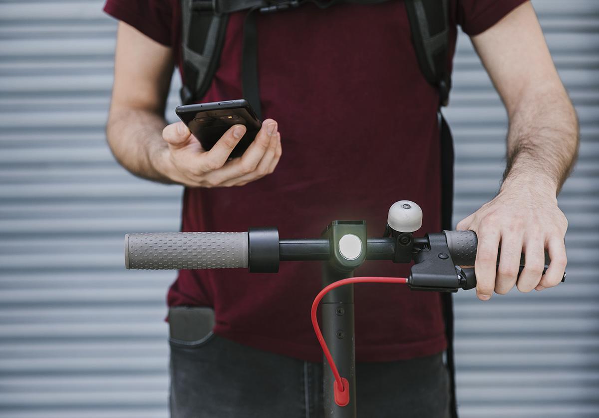 Il Monopattino elettrico che devo essere dotato di luce anteriore (bianca o gialla, continua)