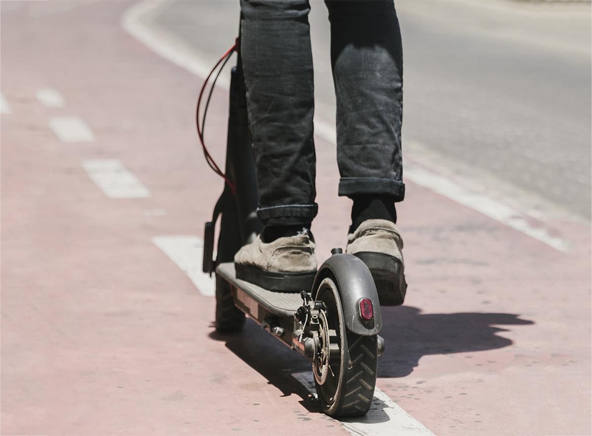 Il monopattino elettrico che va sulla pista ciclabile