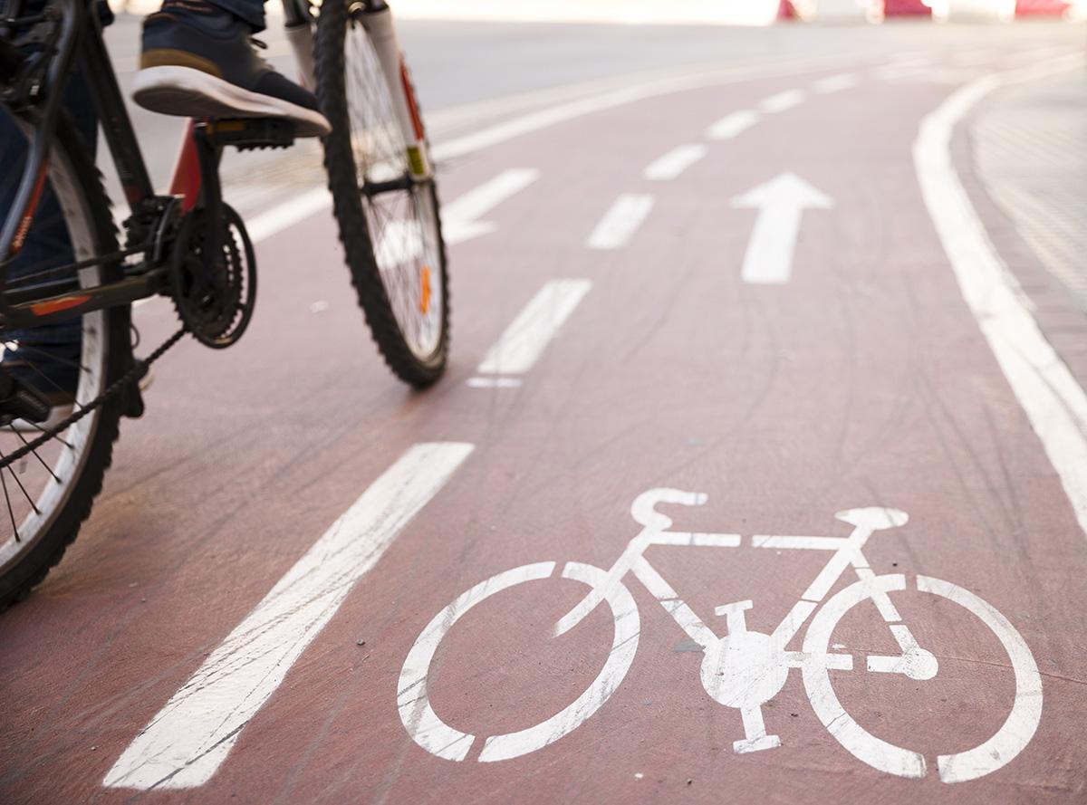 Una bici sulla pista ciclabile