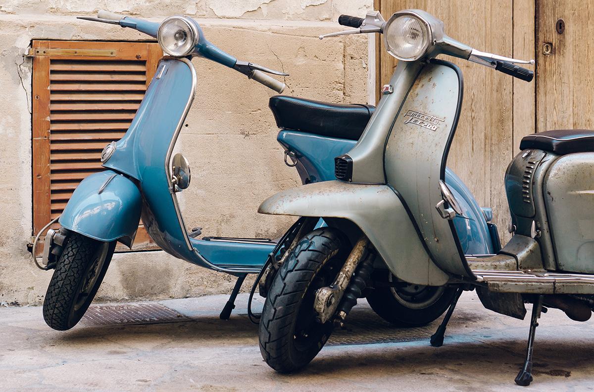 Gli scooter parcheggiati in città