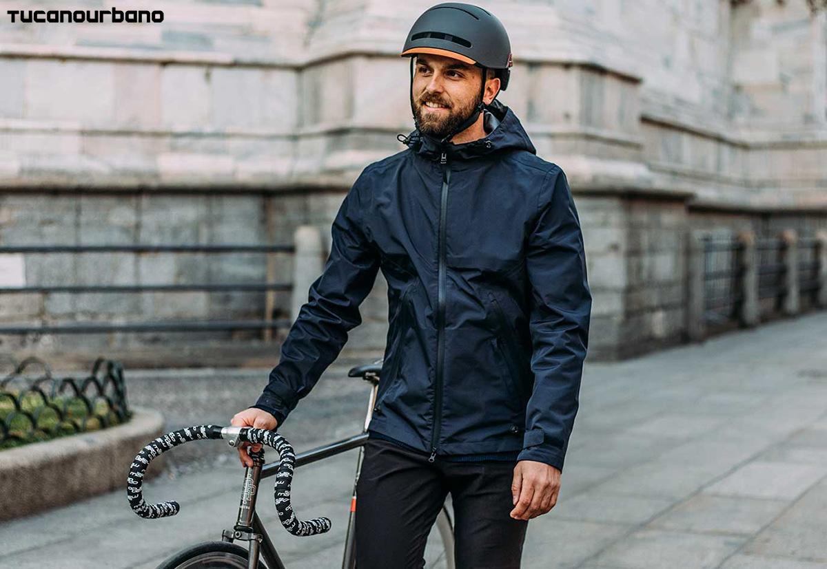Un ciclista che passeggia con bici in mano con Giacca Magic Day 2020