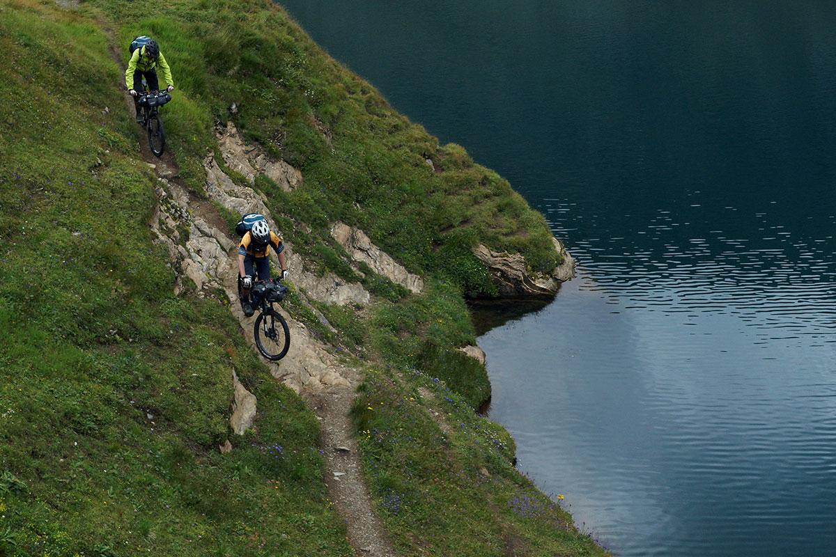 due ciclisti visti dall'altro vicino ad un lago