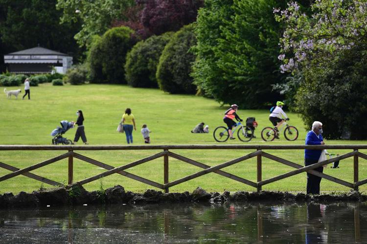 Ciclisti e pedoni a spasso in un parco il 4 maggio 2020