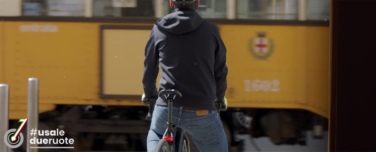 Ciclista urbano dà la precedenza a un tram