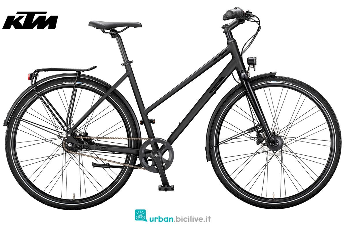 Una bicicletta da città KTM Chester con telaio da donna