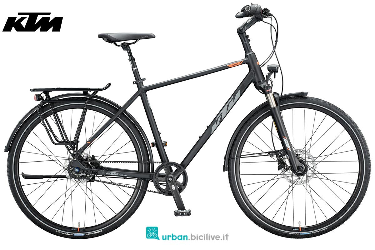 Una bicicletta da trekking con trasmissione a cinghia KTM Life 8 Belt 2020