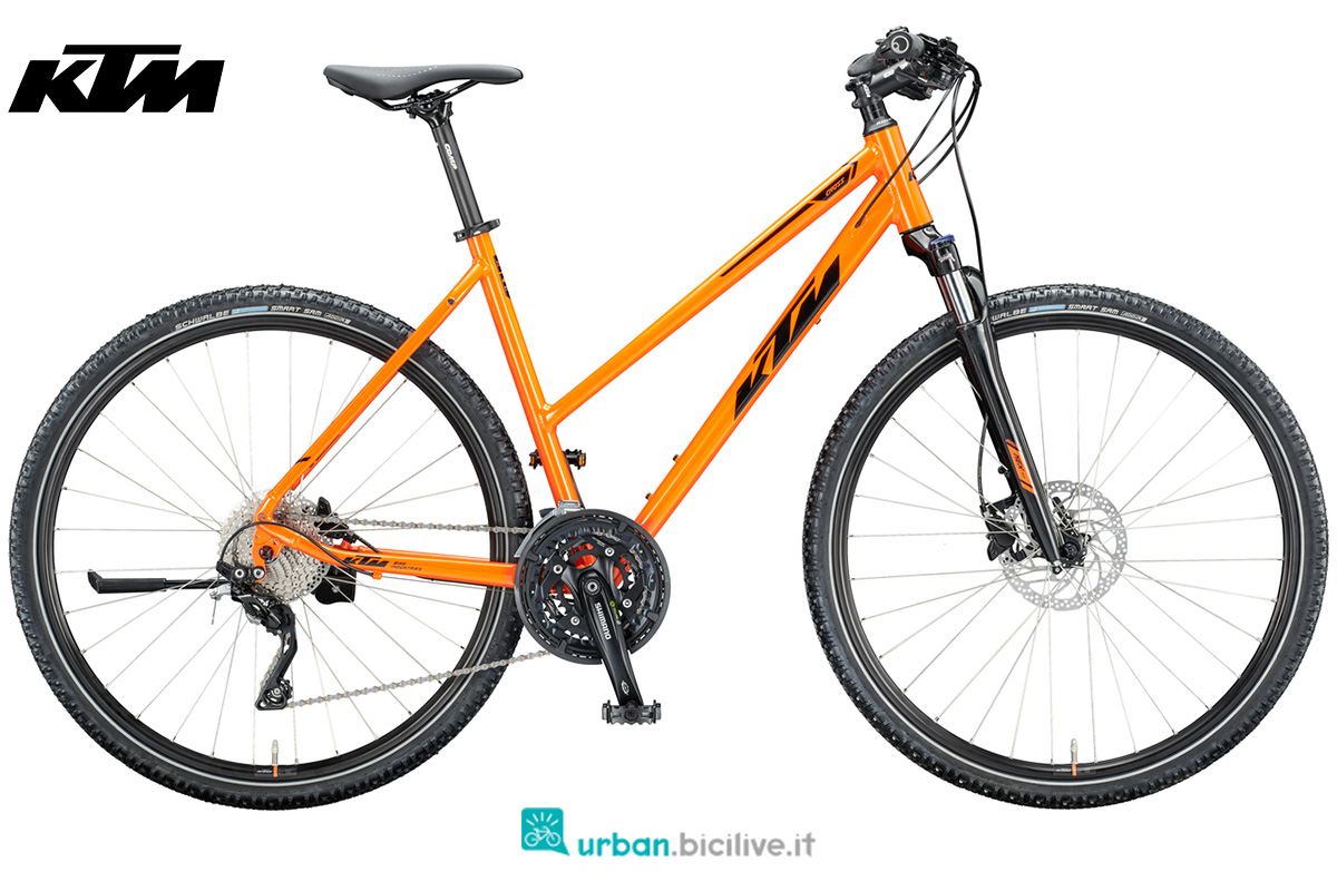 Una bicicletta da trekking su sterrato KTM Life Cross con telaio da donna