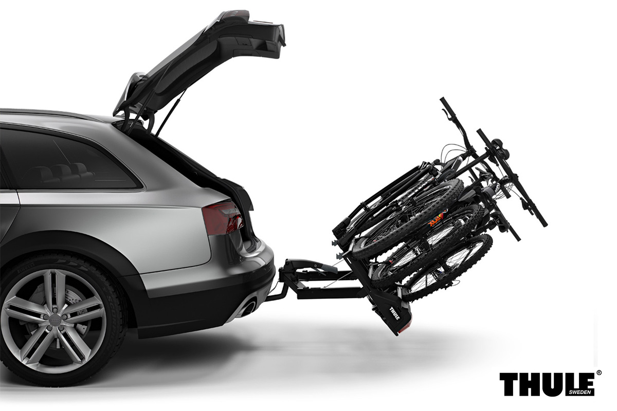Un portabici Thule VeloSpace XT con bagagliaio aperto