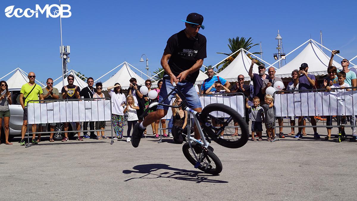 Esibizione acrobatica con BMX all'EcoMob Expo Village