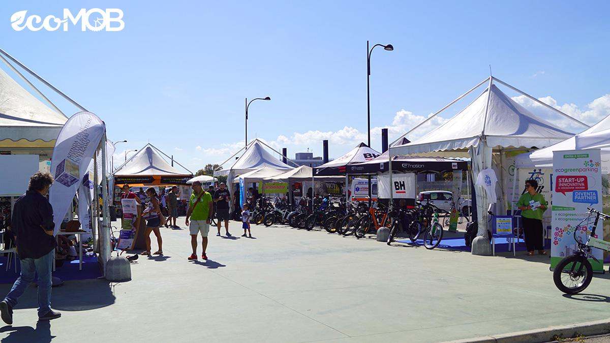 L'area espositiva con gli stand dell'EcoMob Expo Village