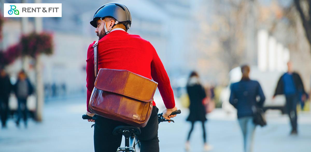 Uomo pedala su una bici noleggiata grazie alla piattaforma Rent & Fit