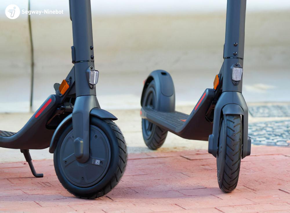 Dettaglio delle ruote del monopattino elettrico Segway Ninebot E22E