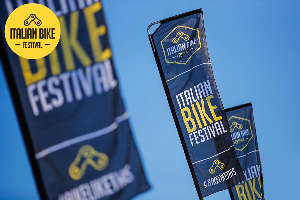Le bandiere dell'Italian Bike Festival di Rimini mosse dal vento