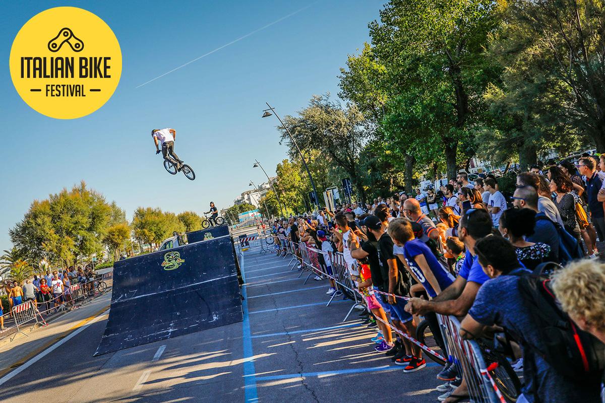 Un biker si esibisce in un salto in sella alla sua bicicletta durante uno show dell'Italian Bike Festival di Rimini