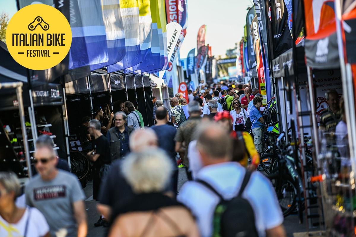 Delle persone passeggiano tra gli stand dei brand espositori dell'Italian Bike Festival di Rimini
