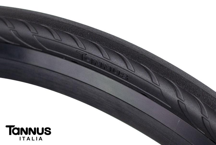 Foto ravvicinata di un pneumatico per bici da strada anti-foratura Tannus Airless New Slick