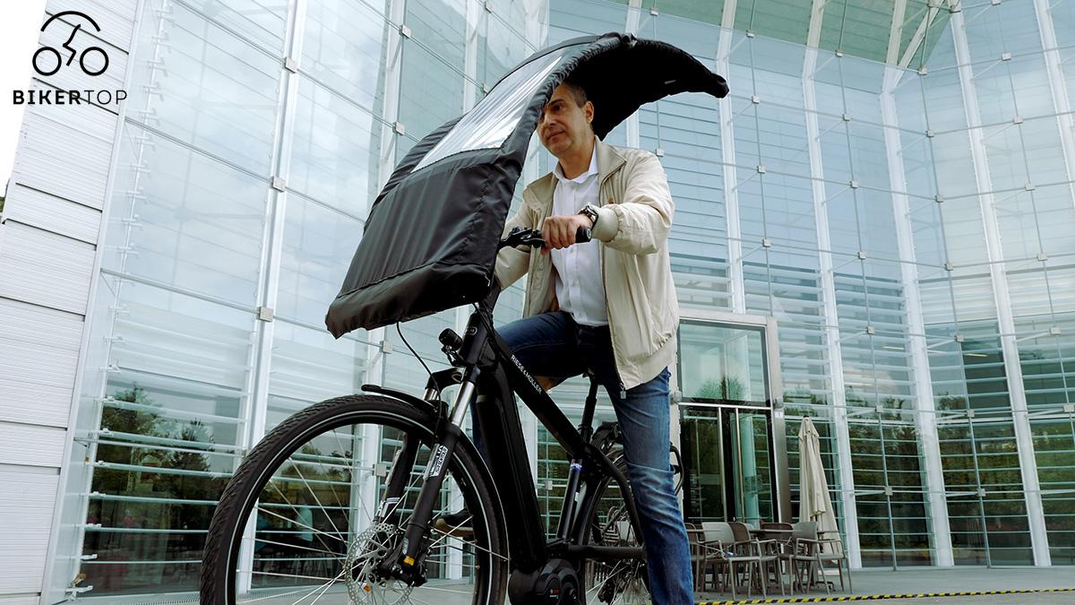 Un uomo in sella alla propria bici che vede montato il sistema di riparazione Biker Top