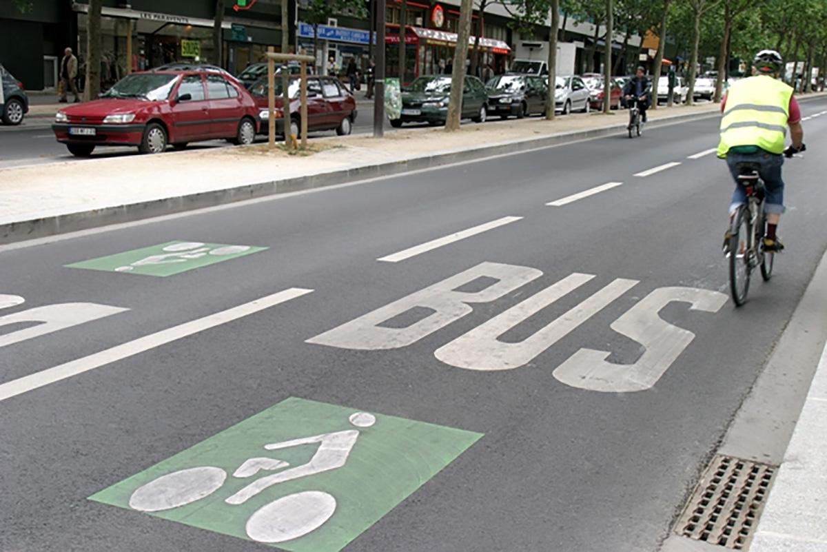 Una corsia esclusiva per le biciclette e i bus