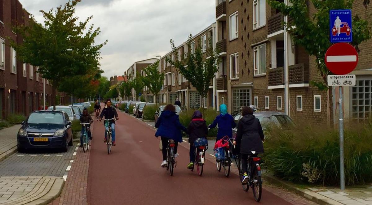 Una strada a priorità ciclabile in Olanda