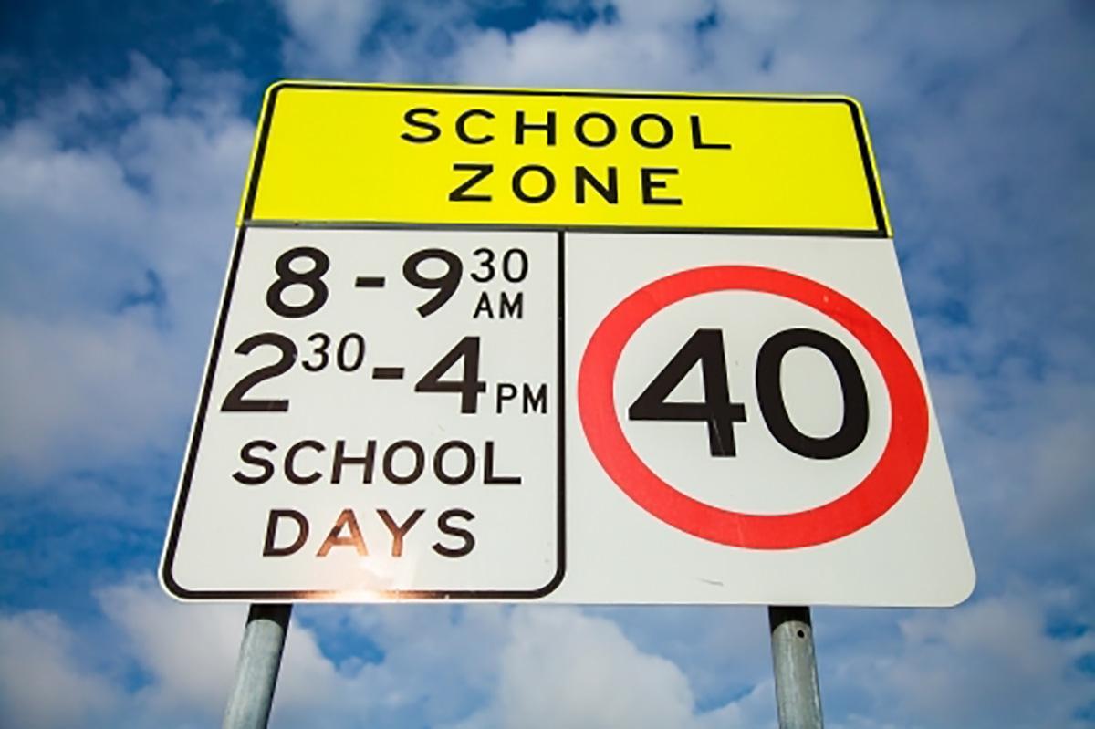 Un cartello di zona scolastica che impone delle restrizioni orarie durante i giorni di scuola