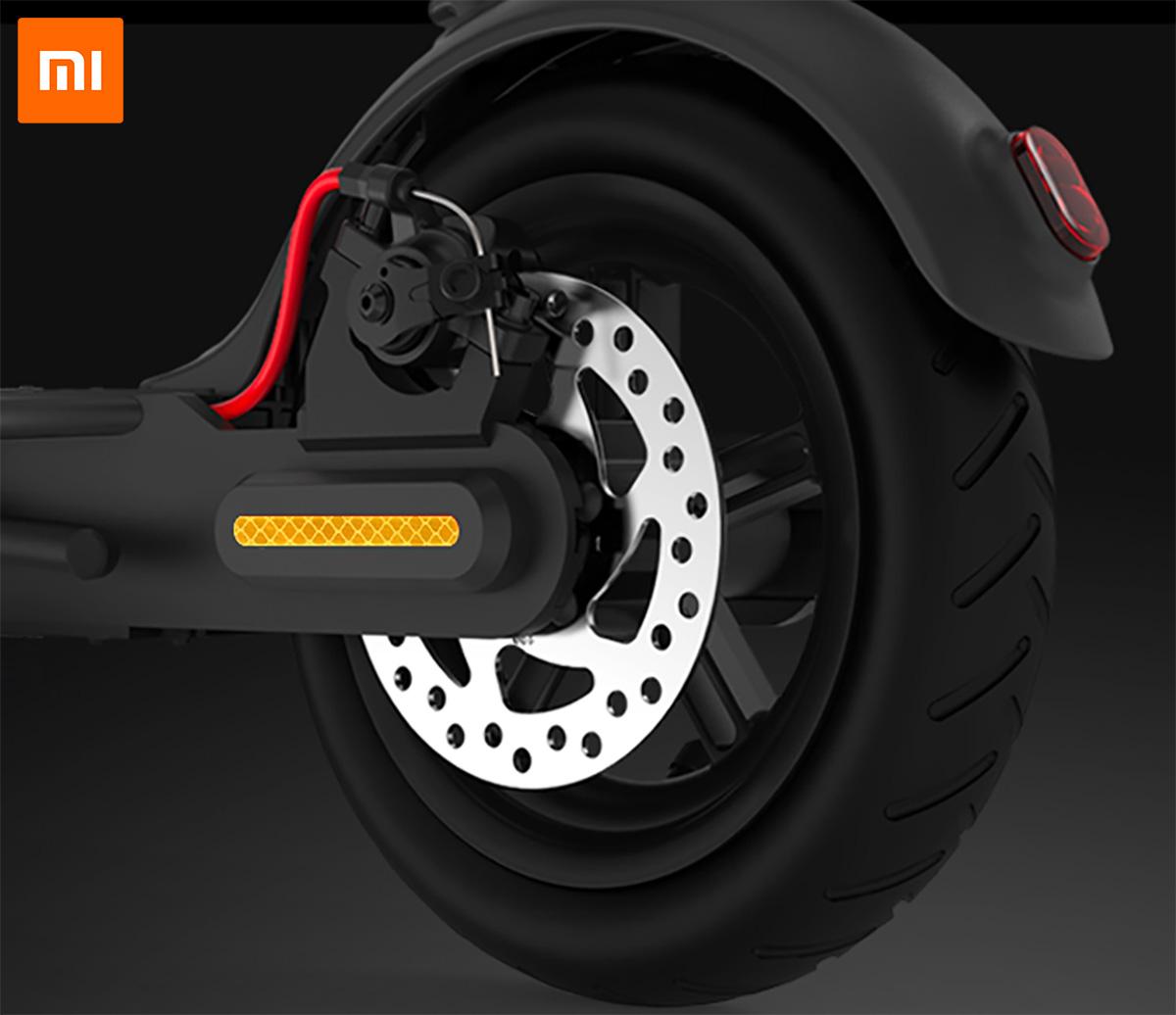 Particolare della ruota posteriore e del freno a disco del monopattino Xiaomi Mi Electric Scooter Pro
