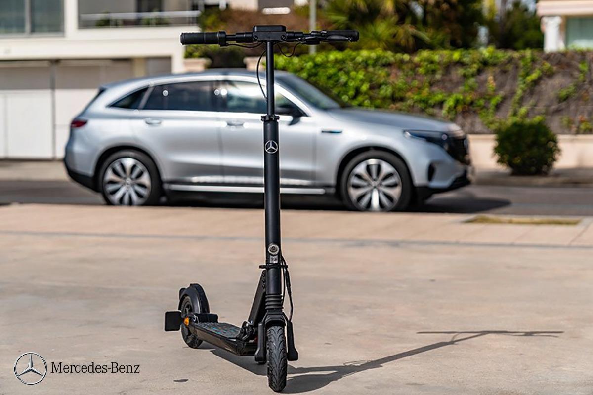 Il monopattino elettrico eScooter parcheggiato davanti a un'auto Mercedes-Benz