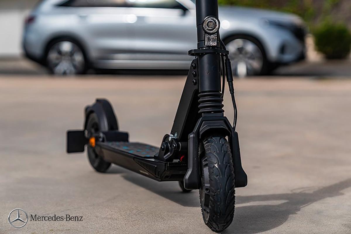 Dettaglio della ruota e della sospensione anteriore dell'eScooter Mercedes-Benz