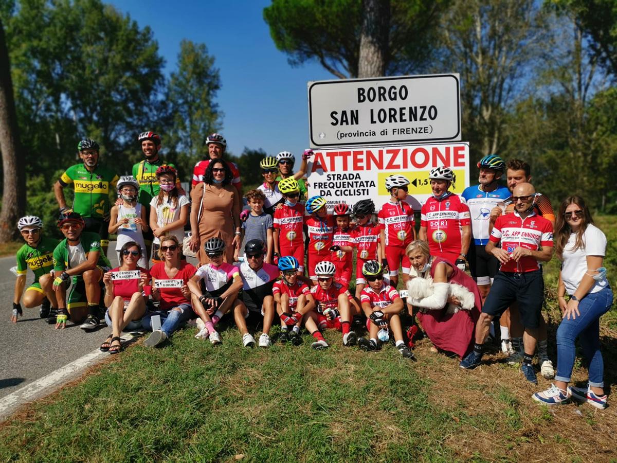 Il cartello a Borgo San Lorenzo per ricordare la distanza di sicurezza dai ciclisti