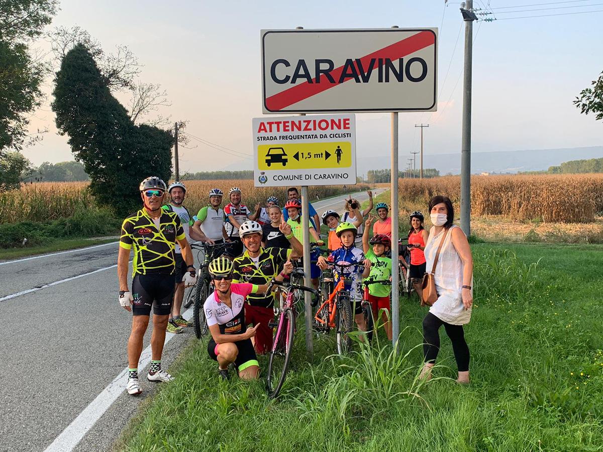 Il cartello montato a Caravino per ricordare la distanza di sicurezza dai ciclisti sulla strada