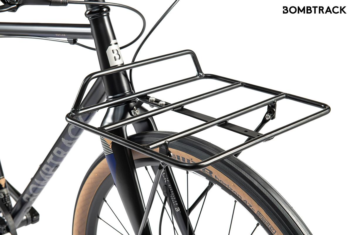 Dettaglio del portapacchi anteriore della nuova bici per gli spostamenti urbani Bombtrack Outlaw 2021