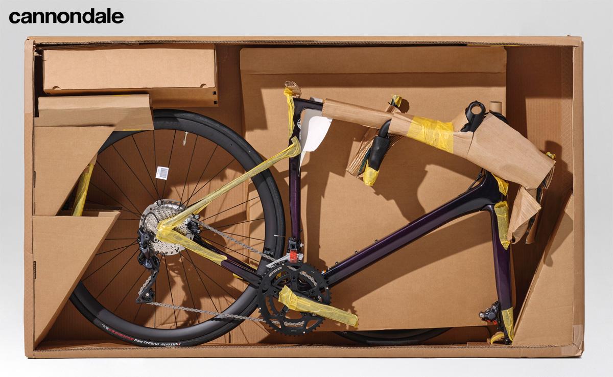 Una bicicletta da corsa Cannondale all'interno di un imballaggio 100% riciclabile
