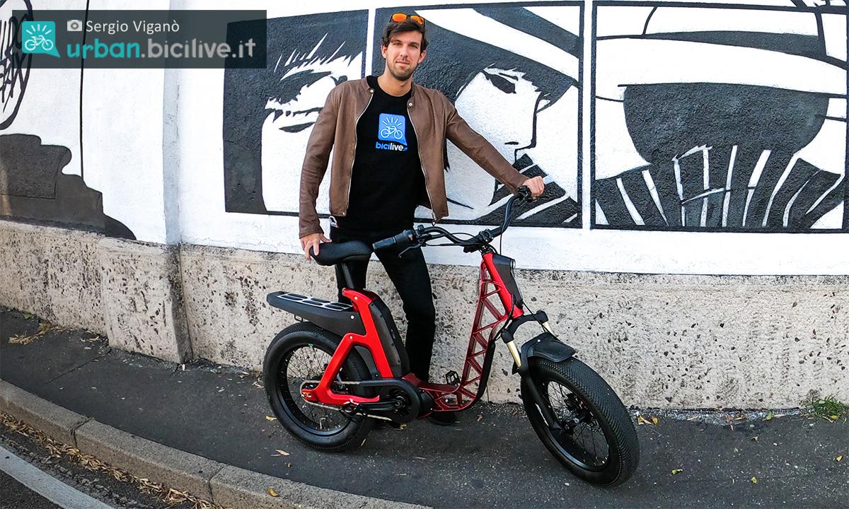 Sergio Viganò con di fianco la ebike urbana Fantic Issimo