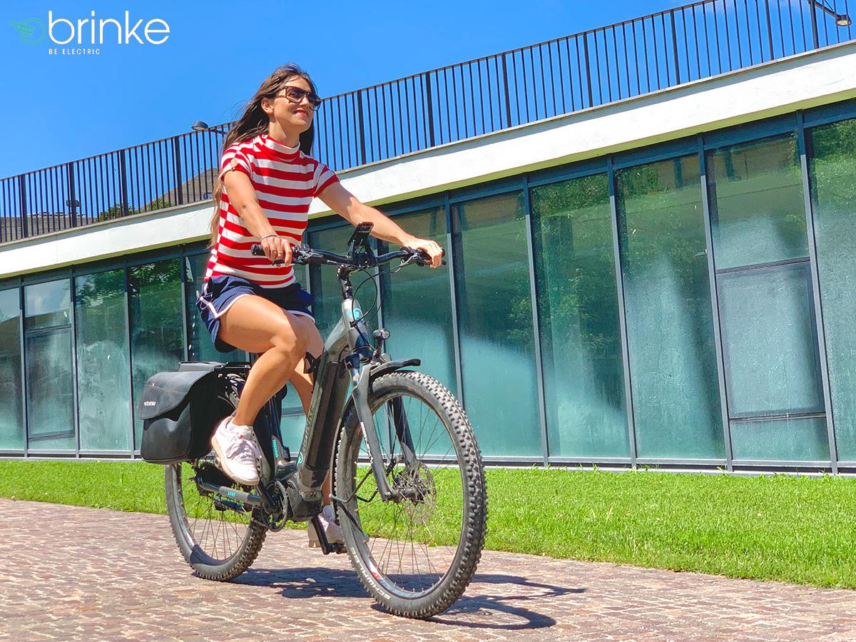 Una ragazza pedala contenta in sella a una ebike Brinke Overland