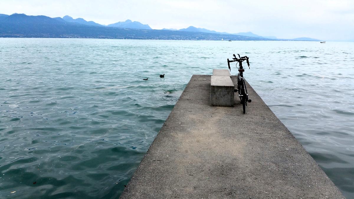 Una bicicletta parcheggiata in riva a un lago