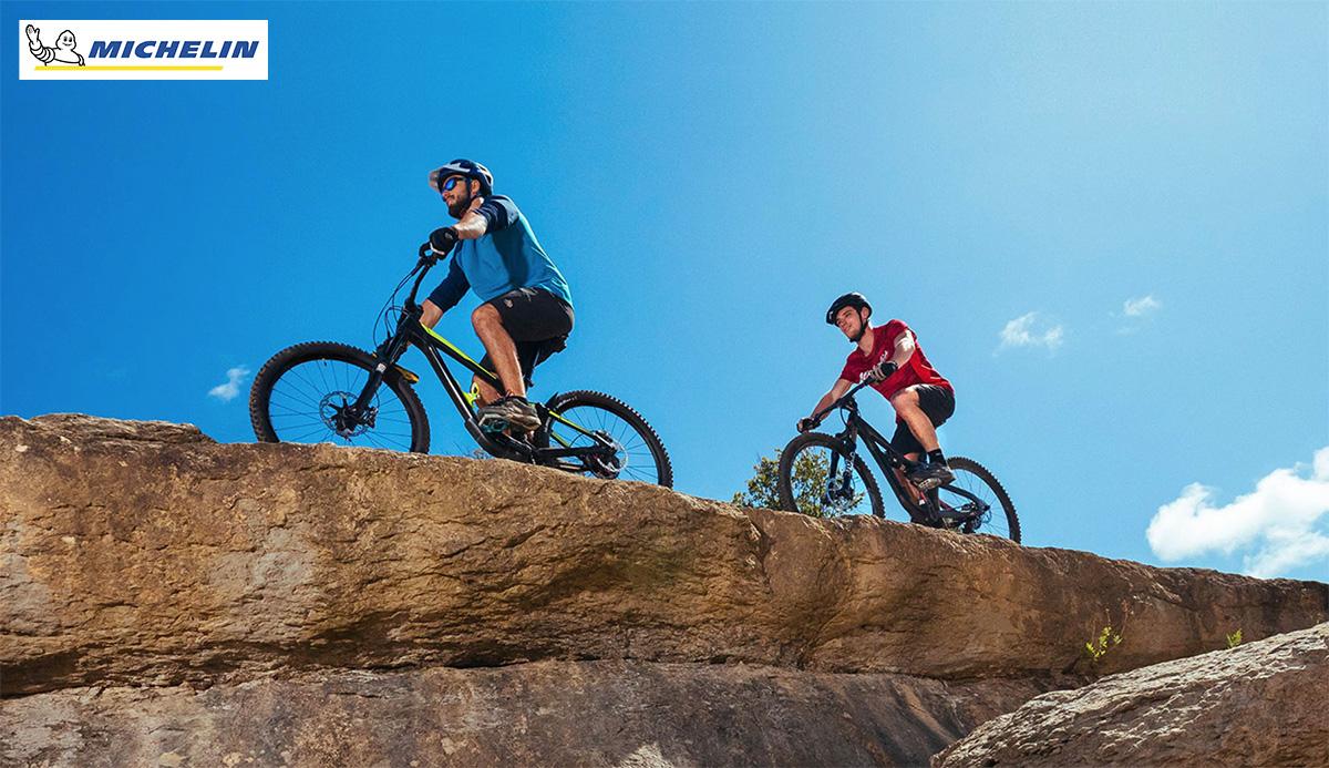 Due ciclisti pedalano su un sentiero