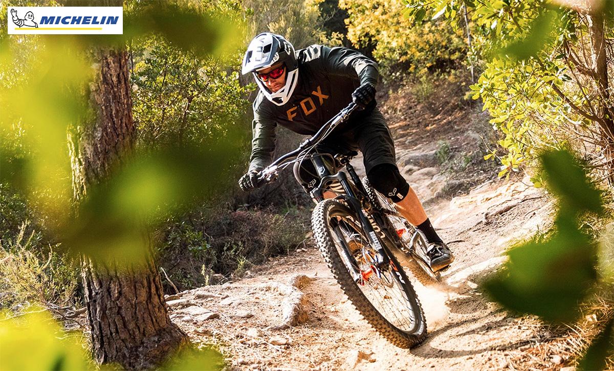 Un ragazzo impegnato ad affrontare una discesa in sella alla sua mountain bike