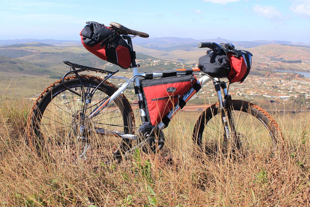 Una mountain bike equipaggiata con tante borse da bikepacking