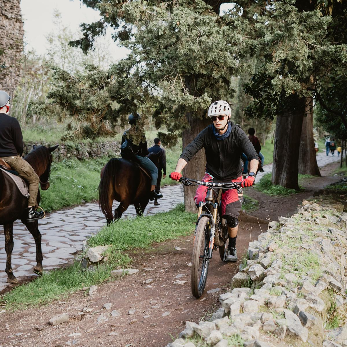 Ciclista pedala in sella a una mountain bike su una strada sterrata
