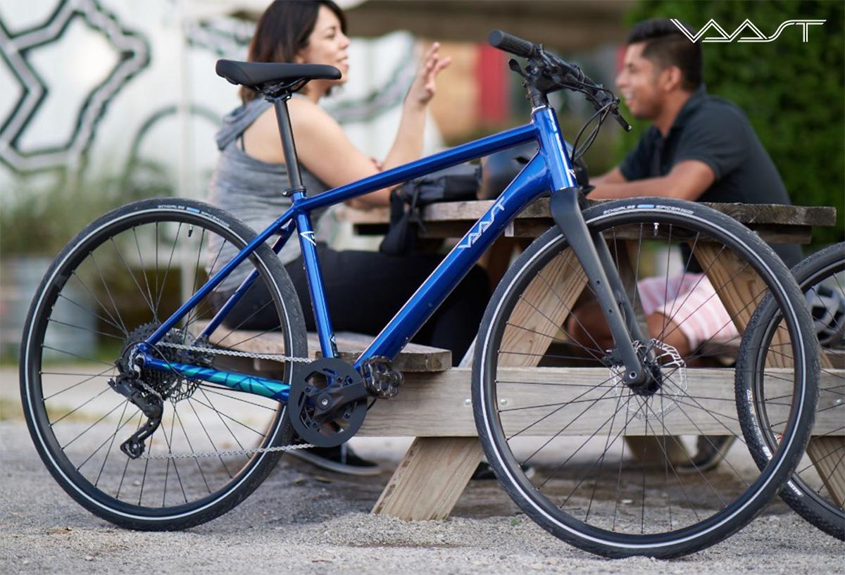 La nuova bici per spostamenti urbani Vaast U/1 Adventure 28 2021 appoggiata ad un tavolo da picnic