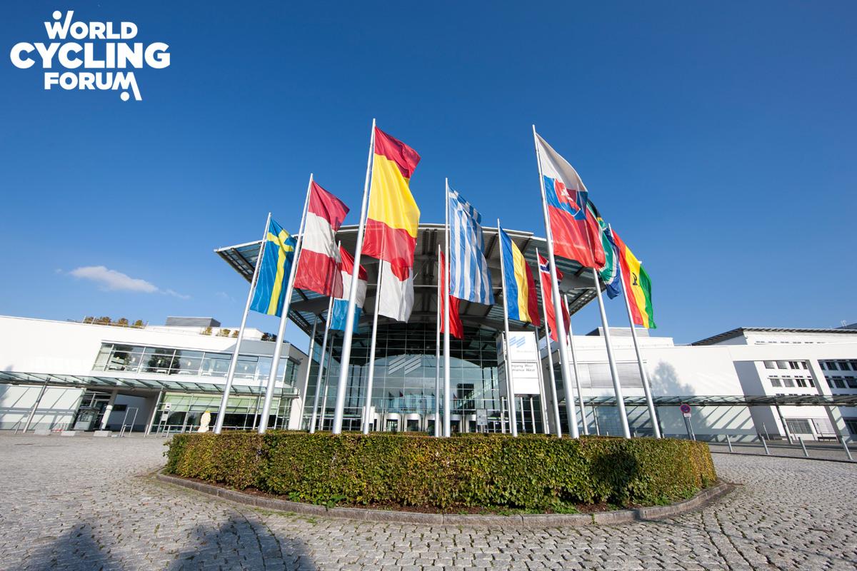Bandiere all'ingresso del Centro Congressi Internazionale di Monaco di Baviera