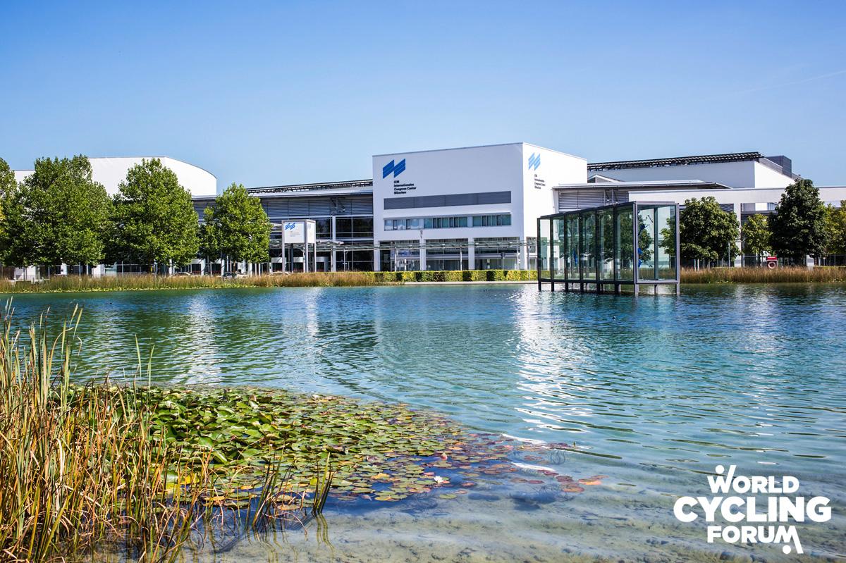 Il Centro Congressi Internazionale di Monaco di Baviera ripreso dal lato opposto di un laghetto artificiale