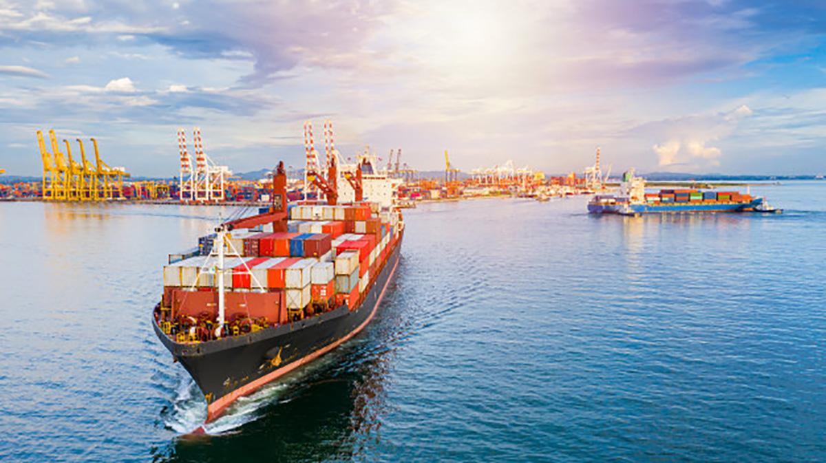 Una nave mercantile lascia il porto commerciale