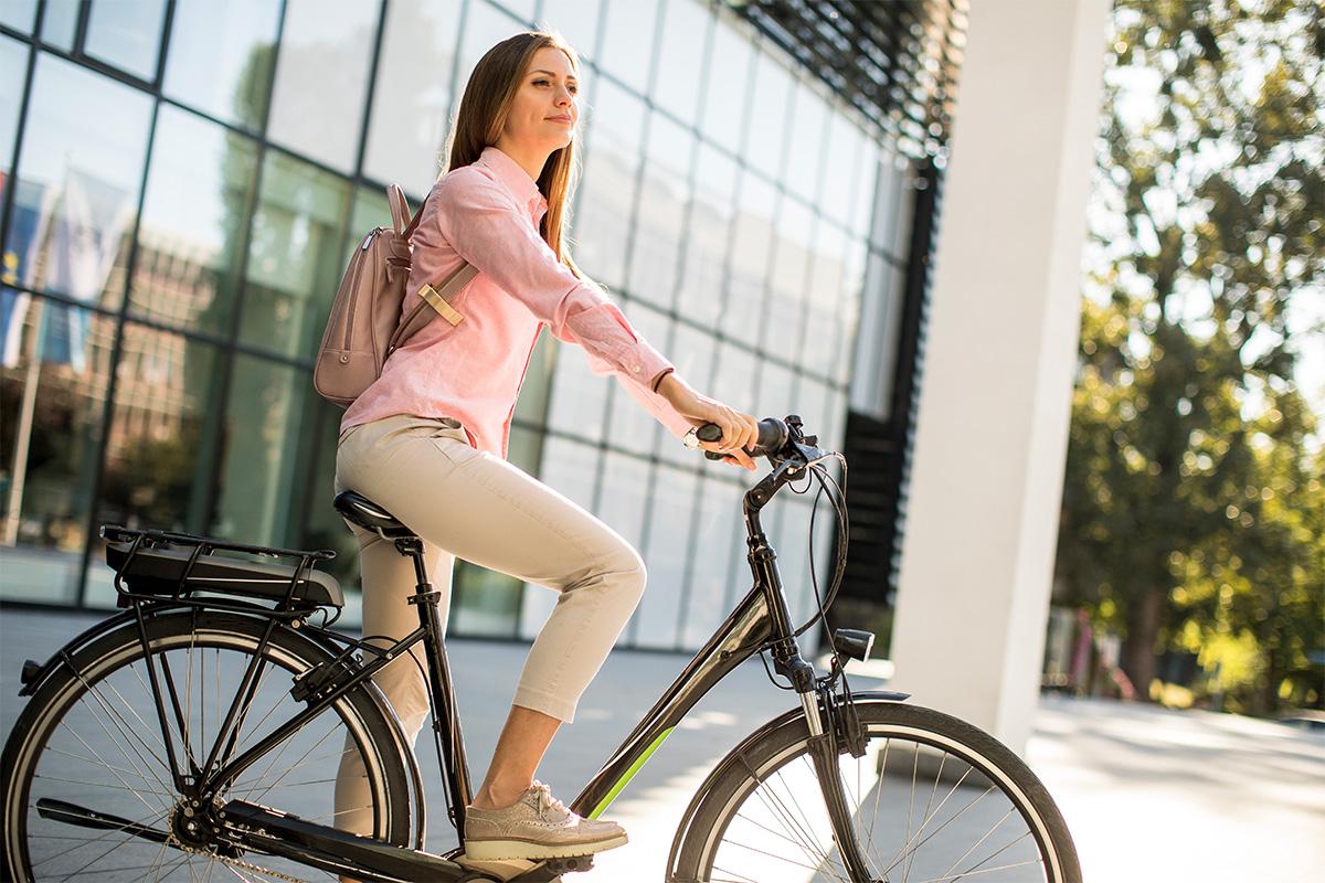 Una giovane donna con una bicicletta all'aperto