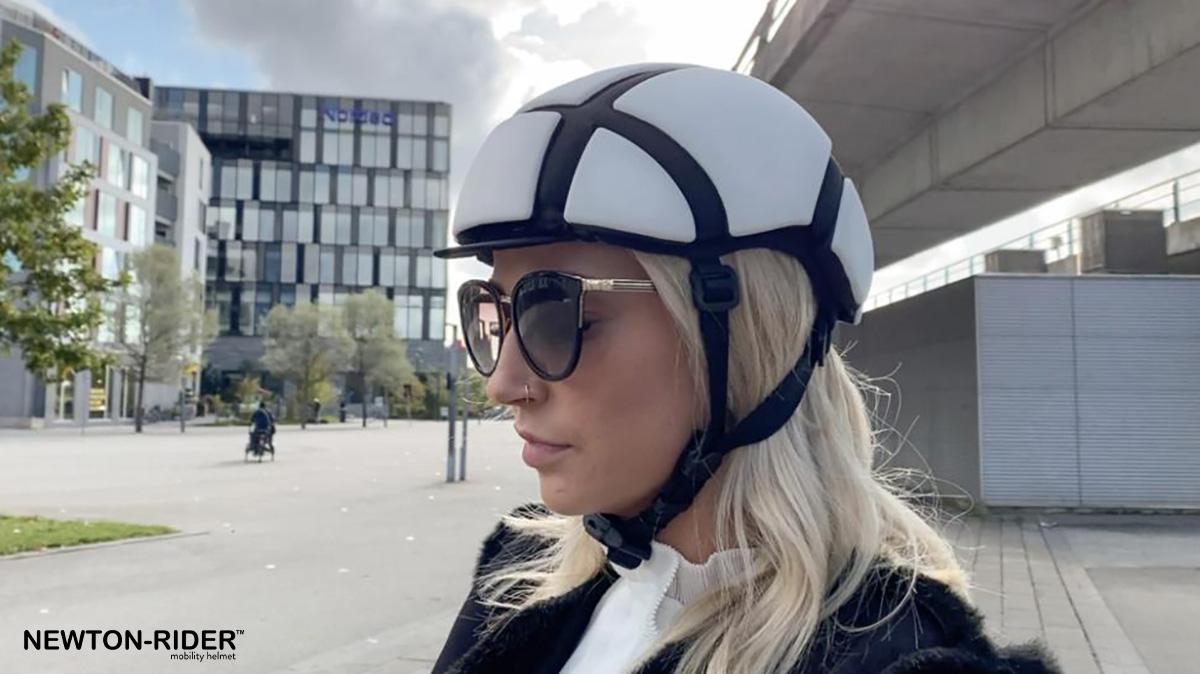 Un ragazza indossa il nuovo casco pieghevole per bici Newton Rider 2021