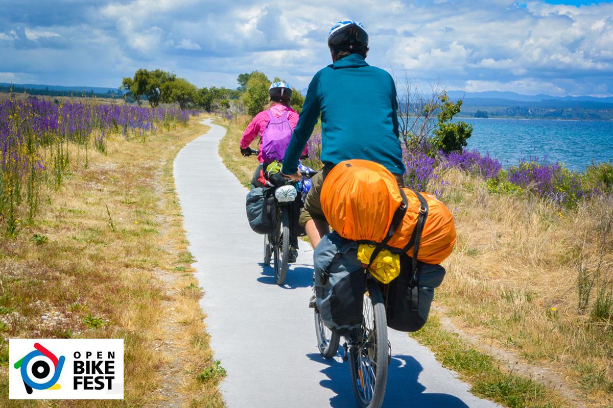 Due cicloturisti in viaggio lungo l'Italia