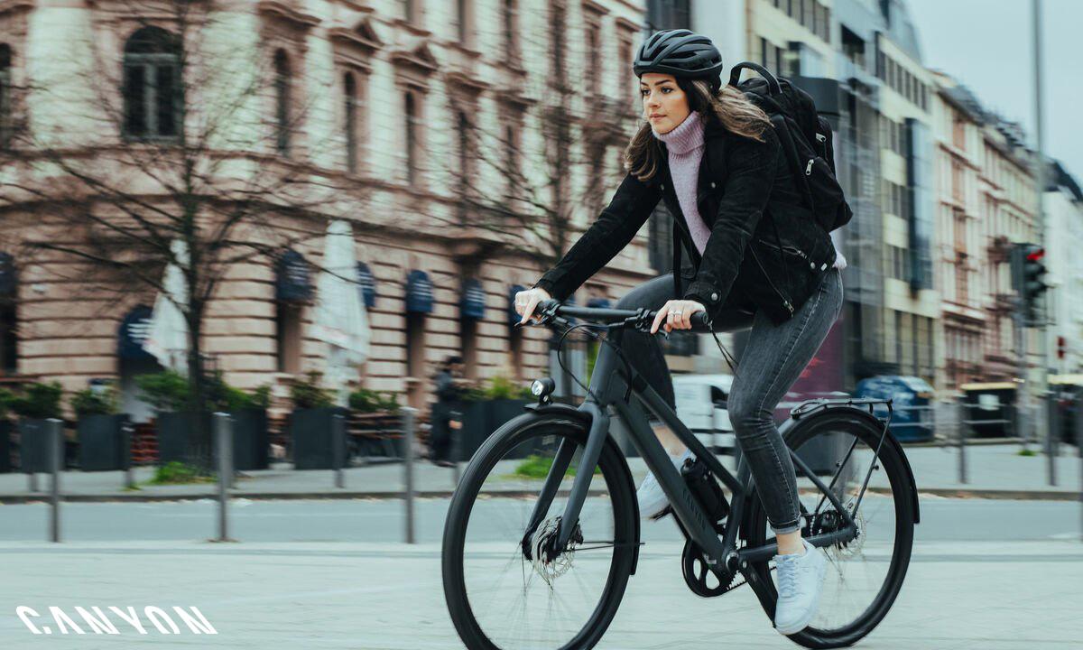 Donna a spasso per la città in sella a una bicicletta Canyon Commuter 2021